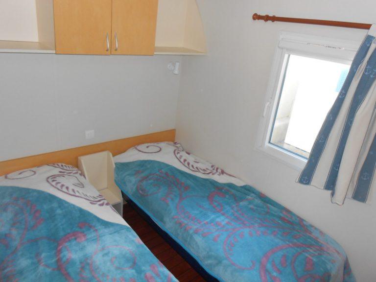 Seconde chambre avec deux lits simples du mobil-home Louisiane