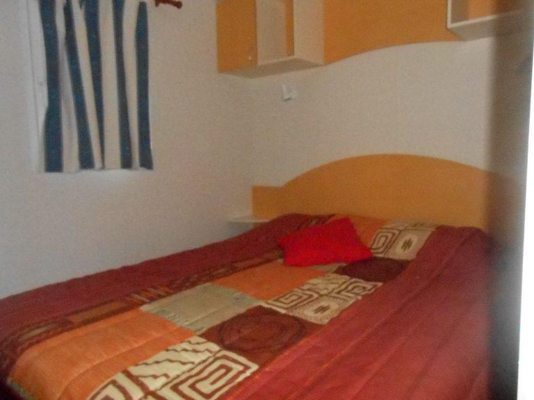 Chambre parentale avec lit double du mobil-home Louisiane