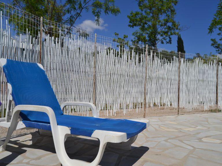 Photo d'illustration de la plage de la piscine avec transate