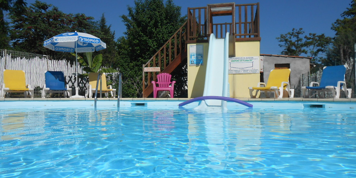 la piscine du camping les Floralies a Montauroux dans le var et son toboggan accesible pour les enfants